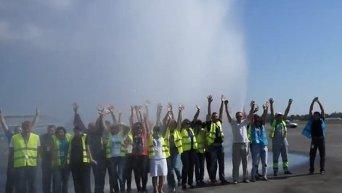 Международный аэропорт Киев (Жуляны) принял участие во флешмобе Ice Bucket Challenge. Видео