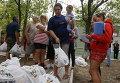 Украинские беженцы из Донецкой области получают продукты в качестве гуманитарной помощи в Мариуполе
