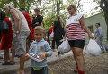 Украинские беженцы из Донецкой области получают продукты в качестве гуманитарной помощи