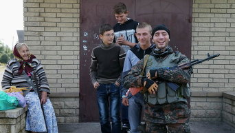 Украинские солдаты и местные жители в Волновахе