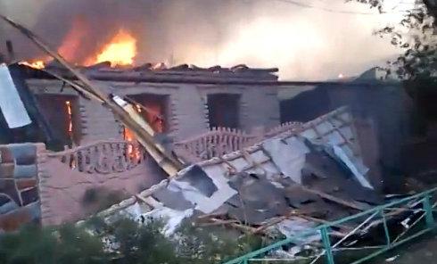 Горят дома после обстрела недалеко от аэропорта Донецка. Видео