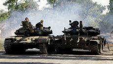 Ополченцы на танке в Луганске. Архивное фото