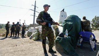 Украинские военные на блок посту при въезде в Мариуполь. Архивное фото