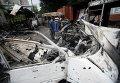 Местные жители в разрушенном районе Донецка