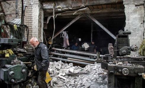 Люди на разрушенной фабрике в Донецке. Архивное фото