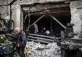 Люди на разрушенной фабрике в Донецке