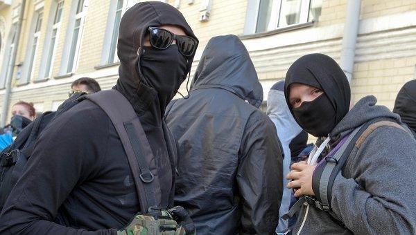 Правый сектор пикетировал Администрацию Президента с требованием не подписывать закон об особом статусе Донбасса