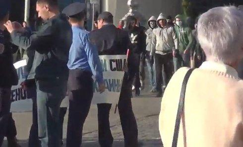 Неизвестные в масках напали на митинг коммунистов в Харькове. Видео