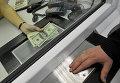 Обмен валюты в банковской кассе. Архивное фото