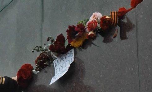 У постамента памятнику Владимиру Ленину