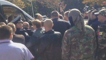 Под зданием Одесской ОГА избили Шуфрича. Видео