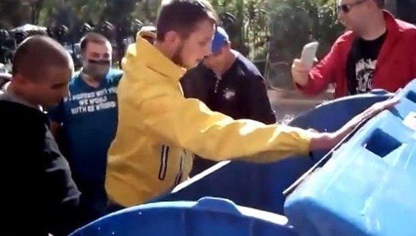 В Одессе активисты Правого сектора бросили своего лидера в мусорный бак
