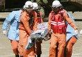 Спасатели эвакуируют пострадавшего на горе Онтакэ в Японии