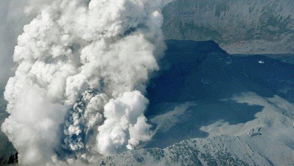 Вулканический дым поднимается от горы Онтакэ в Японии