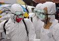 Вирус Эбола - медики в защитных костюмах. Архивное фото