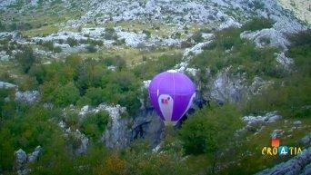 Хорват опустился в 200-метровую пещеру на воздушном шаре. Видео
