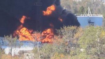В результате боев в аэропорту Донецка загорелись резервуары с топливом. Видео