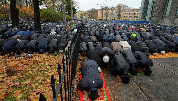 Мусульмане молятся в день праздника жертвоприношения Курбан-байрам