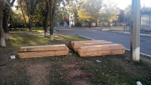 Гробы с останками тел украинских военнослужащих рядом с моргом больницы в Луганске