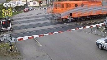 Пожилой человек попал под поезд и выжил. Видео