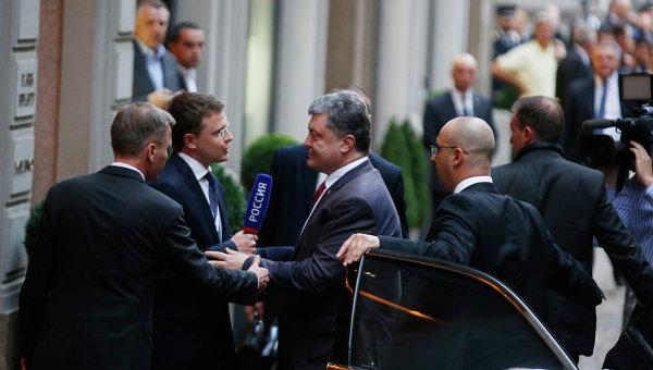 Петр Порошенко в Милане не захотел общаться с журналистом российского канала Россия