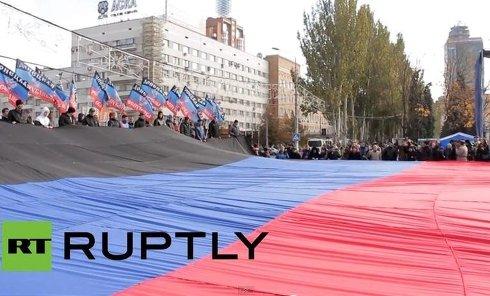 30-метровый флаг ДНР в Донецке. Видео
