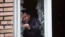 Разбитое от снаряда стекло в доме Донецка