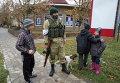Ополченец и дети в Донецке