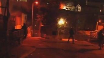 После теракта в Иерусалиме вспыхнули столкновения палестинцев с полицией. Видео