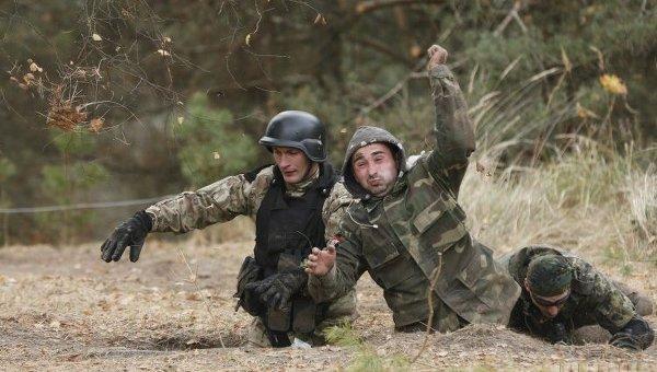 Тренировка военных и добровольцев на полигоне в Киевской области