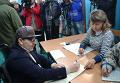 Мэр Харькова Геннадий Кернес голосует на выборах в Раду в инвалидной коляске