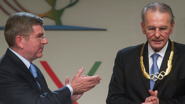 Президент МОК Томас Бах (слева) и экс- президент МОК Жак Рогге