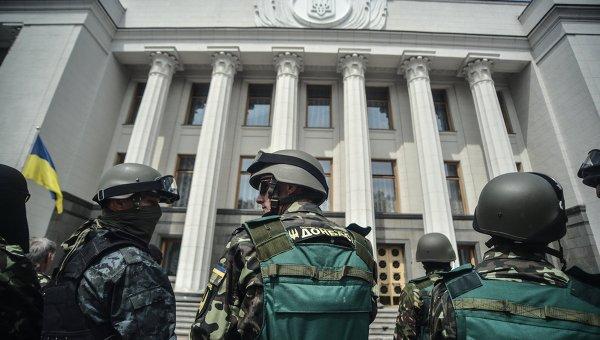 Бойцы батальонов у здания Верховной Рады. Архивное фото