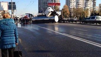 Грузовик перевернулся в Киеве, залив дорогу подсолнечным маслом. Видео