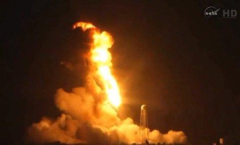 Взрыв ракеты Antares во время старта на космодроме в США. Видео