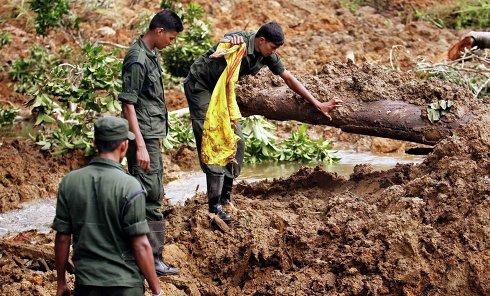 Спасательные работы на месте схода оползня на Шри-Ланке