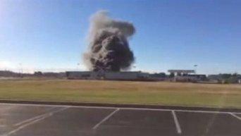 В США самолет врезался в здание аэропорта. Видео
