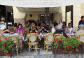 Уличное кафе и отель в Чехии. Архивное фото