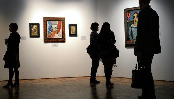 Посетители у картин Пабло Пикассо. Архивное фото