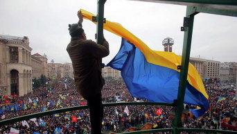 Активист вешает флаг Украины на Евромайдане. Архивное фото