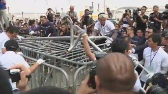 В Гонконге судебные приставы разбирают баррикады. Видео