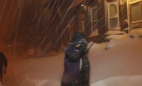 Сильнейшее снегопады обрушились на штат Нью-Йорк. Видео