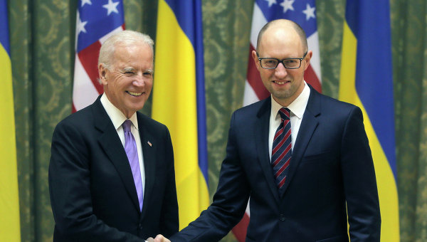 Джо Байден и Арсений Яценюк. Архивное фото