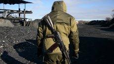 Ополченец работает на нелегальной шахте в Торезе