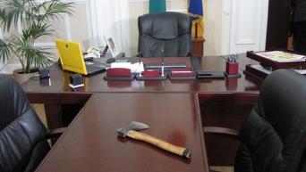 Топор, принесенный Сергеем Каплиным в кабинет мэра Полтавы