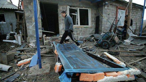 Последствия обстрела градами поселка Красный Пахарь под Донецком
