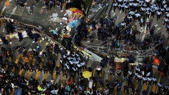 Расчистка баррикад в Гонконге