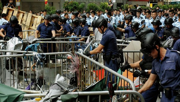 Полиция сносит баррикады и палатки протестующих в Гонконге. Архивное фото