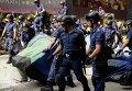 Полицейские убирают палатку протестующих в Гонконге