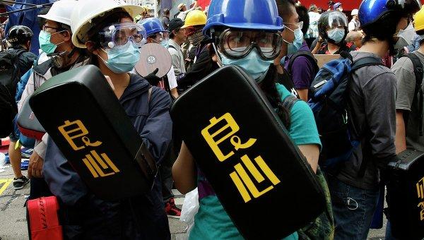 Протестующие с мягкими щитами в Гонконге. Архивное фото